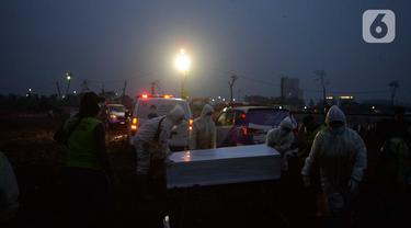 Suasana Pemakaman Jenazah COVID-19 di TPU Rorotan