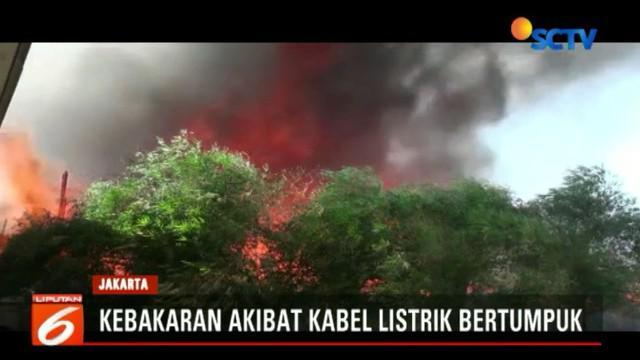 Api akhirnya baru bisa di padamkan setelah 23 unit mobil pemadam kebakaran tiba di lokasi.