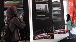 Pengunjung mengambil gambar saat melihat koleksi yang ditampilkan dalam pameran Asian Games di Museum Fatahillah, Kota Tua, Jakarta, Selasa (14/8). (Merdeka.com/Iqbal Nugroho)