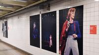 Instalasi seni yang memajang gambar David Bowie terlihat di stasiun kereta bawah tanah Broadway-Lafayette, New York City, 19 April 2018. Instalasi seni ini disponsori oleh perusahaan streaming Spotify. (ANGELA WEISS/AFP)