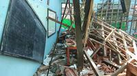 Penampakan atap ruang belajar SMPN 2 Plumbon Cirebon ambruk melukai puluhan siswa dan guru. Foto (Liputan6.com / Panji Prayitno)