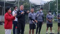 Ketua PSSI, Mochamad Iriawan (kedua dari kiri) ketika memantau latihan Timnas Putri Indonesia. (PSSI).
