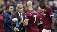 Pelatih West Ham United, Manuel Pellegrini, memberikan arahan kepada anak asuhnya saat melawan Arsenal pada laga Premier League di Stadion London, Sabtu (12/1). West Ham United menang 1-0 atas Arsenal. (AP/Tim Ireland)
