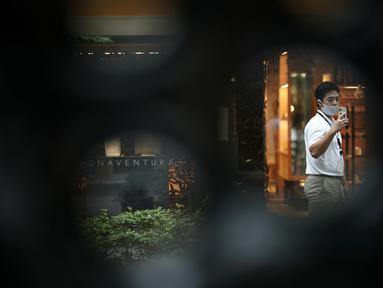 Seorang pria yang mengenakan masker untuk membantu mencegah penyebaran virus corona berjalan melalui pusat kota Tokyo, Kamis (10/9/2020). Ibu kota Jepang itu mengonfirmasi lebih dari 270 kasus virus corona pada Kamis. (AP Photo / Eugene Hoshiko)