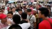 Ratusan pedagang ricuh dengan petugas kepolisian di Pekanbaru