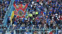 Aremania memberikan dukungan saat Arema FC menghadapi Persib Bandung dalam laga kedua Shopee Liga 1 2020, Minggu (8/3/2020). (Bola.com/Iwan Setiawan)