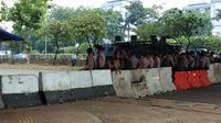Jelang pelantikan presiden dan wakil presiden di MPR, polisi berjaga di bawah kolong flyover Ladokgi, Minggu (20/10/2019). (Liputan6.com/Ady Anugrahadi)