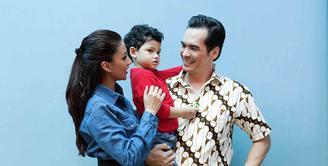 Pasangan selebriti Atalarik Syah dan Tsania Marwa disebut-sebut sebagai keluarga harmonis. Pasangan yang membina rumah tangga empat tahun silam itu telah dikaruniai dua orang anak. (Deki Prayoga/Bintang.com)