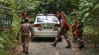 Tim penyelamat melakukan operasi pencarian gadis disabilitas asal Irlandia Nora Anne Quoirin yang hilang dari sebuah resor hutan hujan di Seremban, Malaysia, Rabu (7/8/2019). Hingga kemarin, operasi SAR telah melibatkan 178 personel untuk mencari Nora. (AP Photo/Annice Lyn)