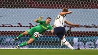 Stiker Tottenham Hotspur, Harry Kane saat mencetak gol ke gawang Aston Villa melalui titik penalti, Senin (22/03/2021) dini hari WIB. (MICHAEL STEELE / POOL / AFP)