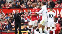 Manajer Manchester United atau MU Ole Gunnar Solskjaer memberi instruksi dalam laga kontra Leeds United pada pekan pertama Liga Inggris di Old Trafford, Sabtu, 14 Agustus 2021. (Adrian DENNIS / AFP)