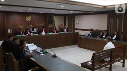 Mantan anggota DPR Markus Nari menjalani sidang putusan terkait proyek e-KTP di Pengadilan Tipikor, Jakarta, Senin (11/11/2019). Markus Nari dianggap bersalah memperkaya diri sendiri dengan menerima USD 400 ribu dari proyek E-KTP. (Liputan6.com/Herman Zakharia)
