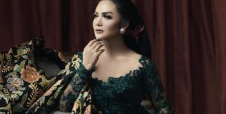Jatuh setiap tanggal 21 April, Hari Kartini kerap dirayakan oleh banyak orang, termasuk Krisdayanti dan 7 artis cantik Indonesia berikut ini. Bahkan, sederet selebriti mengunggah fotonya memakai kebaya. (Instagram)
