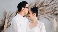 Yuanita Christiani dan suami sengaja mengumumkan kehamilan mereka dengan nuansa serba putih (Dok.Instagram/@yuanitachrist/https://www.instagram.com/p/B4BmisYgBn0/Komarudin)