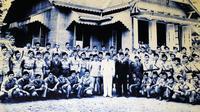 Presiden Sukarno berfoto bersama di Pendopo Bupati Kabupaten Bireuen, 18 Juni 1948, tempat dia berkantor selama sepekan. (Ist)