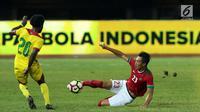Bek Timnas Indonesia, Hansamu Yama Pranata (kanan) berebut bola dengan pemain Guyana, Trayon Bobb pada laga persahabatan di Stadion Patriot Candrabhaga, Bekasi, Sabtu (25/11). Indonesia unggul 2-1. (Liputan6.com/Helmi Fithriansyah)