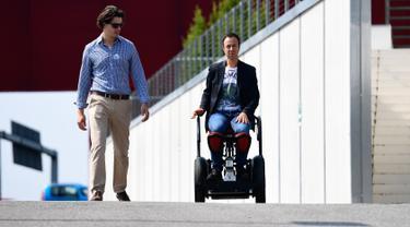 "Pencipta MarioWay, Mario Vigentini (kanan) menjajal temuannya di Taman Ilmiah dan Teknologi ""Kilometro Rosso"", Italia, 19 Juli 2017. MarioWay merupakan kursi roda listrik berteknologi canggih yang dapat dijalankan tanpa kendali tangan  (MIGUEL MEDINA/AFP)"
