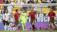 Diogo Jota (kiri) melakukan selebrasi setelah dirinya mencetak gol kedua bagi timnya pada pertandingan Grup F EURO 2020 antara Portugal melawan Jerman di Allianz Arena, Jerman pada Sabtu (19/06/2021). (AP/Pool/Philipp Guelland)