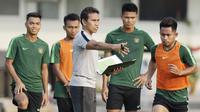Pelatih Timnas Indonesia, Bima Sakti, memberikan arahan kepada anak asuhnya saat latihan di Universitas Kasetsart, Bangkok, Kamis (15/11). Latihan ini persiapan jelang laga Piala AFF 2018 melawan Thailand. (Bola.com/M. Iqbal Ichsan)