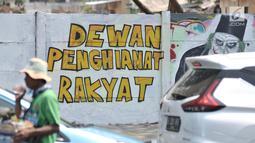 Mural bertulis 'Dewan Pengkhianat Rakyat' terpampang pada dinding di Jalan Pemuda, Rawamangun, Jakarta, Selasa (1/10/2019). Mural tersebut respons dari seniman Jakarta terhadap RUU KUHP yang dinilai mencederai tatanan demokrasi. (merdeka.com/Iqbal Nugroho)