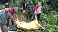 Petugas mengevakuasi korban serangan celeng alias babi hutan di Majenang, Cilacap. (Foto: Liputan6.com/Hary Adin)