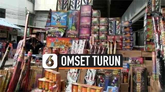 Larangan melakukan perayaan malam tahun baru berdampak pada penurunan penjualan kembang api dan terompet di Pasar Asemka, Jakarta Barat.