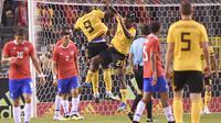 Pemain Belgia, Michy Batshuayi dan Romelu Lukaku merayakan gol saat melawan Kosta Rika pada laga uji coba di King Baudouin stadium, Brussels, (11/6/2018). Belgia menang 4-1. (AP/Geert Vanden Wijngaert)