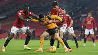 Penyerang Wolverhampton Wanderers, Pedro Neto berusaha mengontrol bola dari kawalan bek Manchester United, Harry Maguire dan Eric Bailly pada pertandingan lanjutan Liga Inggris di Stadion Old Trafford, Rabu (30/12/2020).  (Michael Regan, Pool via AP)