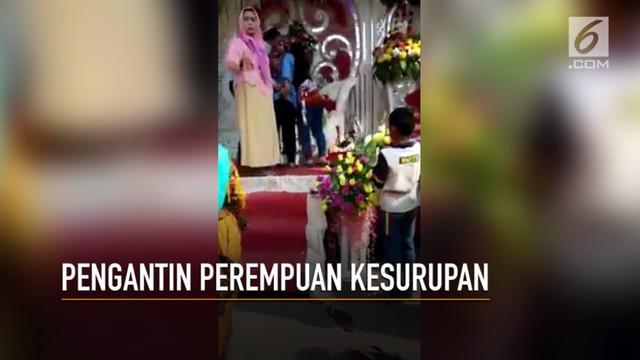 Rekaman video saat pengantin perempuan mengalami kesurupan di kursi pelaminan.
