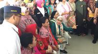 Iriana Jokowi bersama Mufidah Kalla menjajal MRT dari Bundaran HI ke Lebak Bulus.