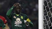 Striker Persebaya, Makan Konate, saat menghadapi Persik Kediri di laga pembuka Shopee Liga 1 2020, Sabtu (29/2). Persebaya dan Persik bermain imbang 1-1. (Bola.com/Yoppy Renato)