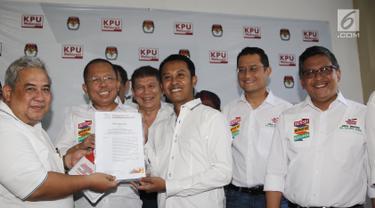 Sekjen Partai Perindo Ahmad Rofiq (tengah) didampingi para sekjen partai pendukung capres dan cawapres Jokowi-Ma'ruf menyerahkan dokumen saat melaporkan dana awal kampanye Pilpres 2019 di Gedung KPU, Jakarta, Sabtu (22/9). (Liputan6.com/Herman Zakharia)