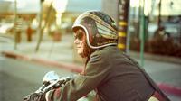 Bukan cuma kaki dan tangan yang belang, beberapa masalah kulit ini pastinya akrab banget sama kamu yang doyan bawa motor sendirian. (Foto: cdn.silodrome.com)