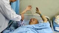 Akibat sering tiduran saat main ponsel, pria di Tiongkok alami kelumpuhan. Credeits: Apple Daily