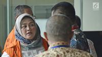 Tersangka Bupati Bekasi nonaktif, Neneng Hassanah Yasin tiba di Gedung KPK, Jakarta, Senin (22/10). Selain Neneng, KPK juga memeriksa Kabid Tata Ruang Dinas PUPR Kabupaten Bekasi Neneng Rahmi. (Liputan6.com/Herman Zakharia)