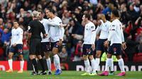 Pemain Liverpool memprotes gol Manchester United (MU) kepada wasit Martin Atkinson pada laga Liga Inggris di Old Trafford, Minggu (20/10/2019). (AFP/Oli Scarff)