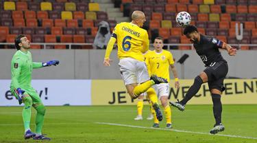 Pemain Jerman Serge Gnabry (kanan) menyundul bola ke gawang Rumania  pada pertandingan Grup J kualifikasi Piala Dunia 2022 di Stadion National Arena, Bucharest, Rumania, Minggu (28/3/2021). Jerman menang 1-0 atas Rumania. (AP Photo/Vadim Ghirda)