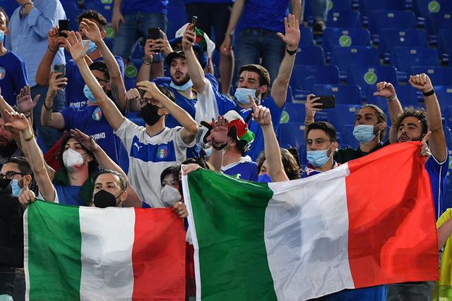 Aksi Suporter timnas Italia di laga pembukaan Euro 2020. Gli Azzurri melawan Turki (Filippo MONTEFORTE / POOL / AFP)