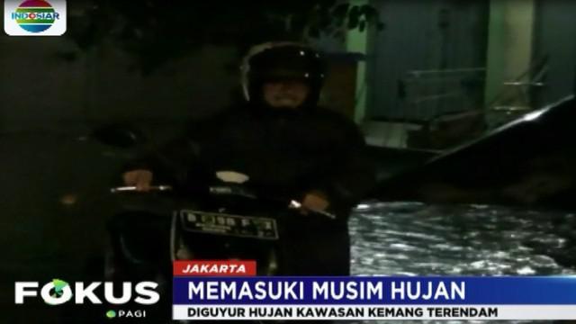 Hujan yang mengguyur Jakarta sepanjang Minggu malam menyisakan genangan di beberapa tempat termasuk di kawasan Kemang.