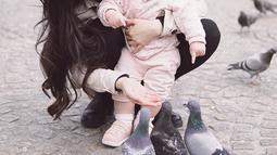 Aktris dan model 32 tahun ini merasa bahagia karena mendapatkan waktu yang berkualitas bersama baby Vechia. Tak heran jika pemain 'Marmut Merah Jambu' ini lebih memilih fokus untuk keluarga di banding karier. Tak hanya menemani, Franda juga mengajari baby Vechia.(Liputan6.com/IG/@frandaaa87)