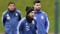 Duet penyerang Argentina, Sergio Aguero (kanan) dan Lionel Messi saat mengikuti sesi latihan di City Football Academy, Manchester, (20/3/2018). Argentina akan melawan Italia pada laga persahabatan di Etihad Stadiu. (Dave Howarth/PA via AP)