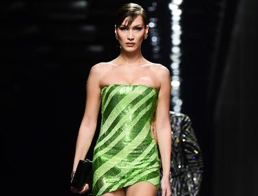 Adu Cantik Bella dan Gigi Hadid Kenakan Busana Versace di Milan