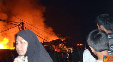 Citizen6, Samarinda: kebakaran yang terjadi pada pukul 00.00 WITA, dipicu dari  gas yang meledak. (Pengirim: Achmad Hidayat)
