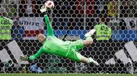 Kiper timnas Inggris, Jordan Pickford menggagalkan tendangan penalti pemain Kolombia pada 16 besar Piala Dunia 2018 di Stadion Spartak, Selasa (3/7). Inggris lolos ke perempat final setelah menang adu penalti 4-3 atas Kolombia. (AP/Matthias Schrader)