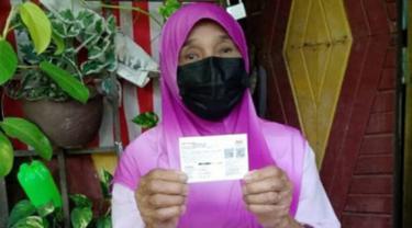 Motornya Mogok, Wanita 76 Tahun Ini Rela Jalan Kaki 3 Km Demi Bisa Suntik Vaksin