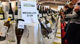 Pengunjung mencicipi wine organik dalam pameran  Millesime Bio 2018 di Kota Montpellier, Prancis, Senin (29/1). Pameran ini diikuti sebanyak 16 negara. (AFP PHOTO/PASCAL GUYOT)