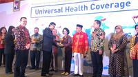 Mendagri Tjahjo Kumolo menyerahkan penghargaan UHC Award 2018 kepada pemerintah Kota Semarang. (foto: Liputan6.com / felek wahyu)