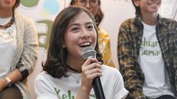 Pemain film Keluarga Cemara, Zahra JKT48 menyampaikan keterangannya saat saat syukuran menjelang syuting di kawasan Gunawarman, Jakarta, Kamis (4/1). (Liputan6.com/Herman Zakharia)