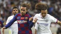 Penyerang Barcelona, Antoine Griezmann berebut bola dengan bek Chelsea, David Luiz selama pertandingan laga perdana pramusim di Saitama Stadium 2002, Saitama, Selasa (23/7/2019). Chelsea menang tipis 2-1 atas Barcelona. (AP Photo/Eugene Hoshiko)