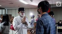 Tokoh inspirator entrepreneur Sandiaga Uno menyerahkan beasiswa KAHMIPreneur kepada pelajar dan mahasiswa terdampak Covid-19 di Jakarta, Kamis (14/5/2020). Beasiswa diberikan dengan kriteria memiliki jiwa wirausaha, prestasi akademik yang berasal dari zona merah. (Liputan6.com/HO/Bon)